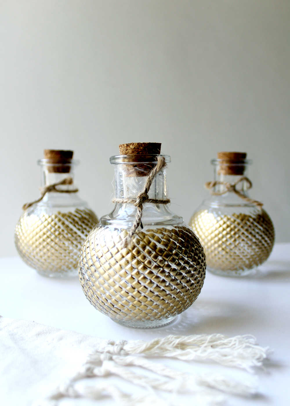 perfect for a wedding or baby shower, learn how to apply gold leaf to dollar bud vases! | tag&tibby