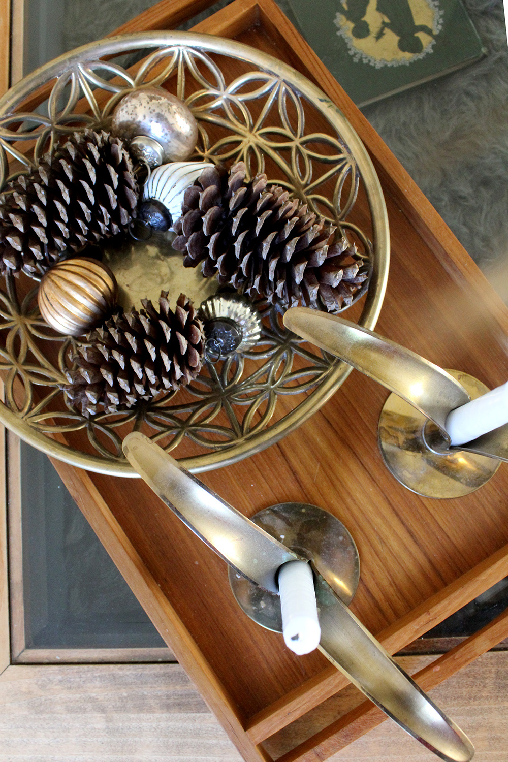 pinecones with ornaments are a great way to transition from Thanksgiving decor to Christmas, love the brass