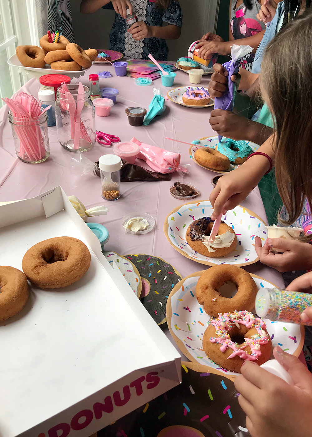 a fun donut decorating party #birthdayparty #donutparty #kidsparty