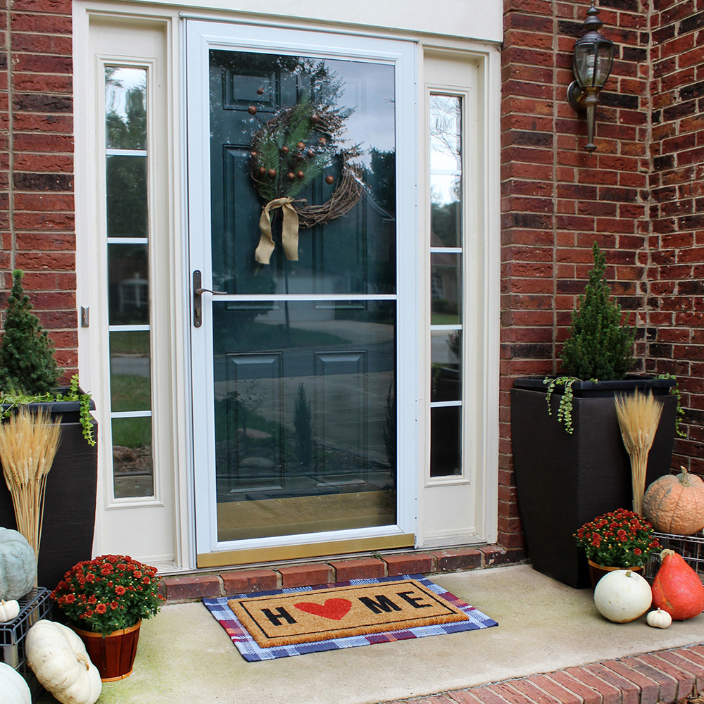 Decorate a Fall front porch with these simple tips #autumndecor #falldecor #pumpkins