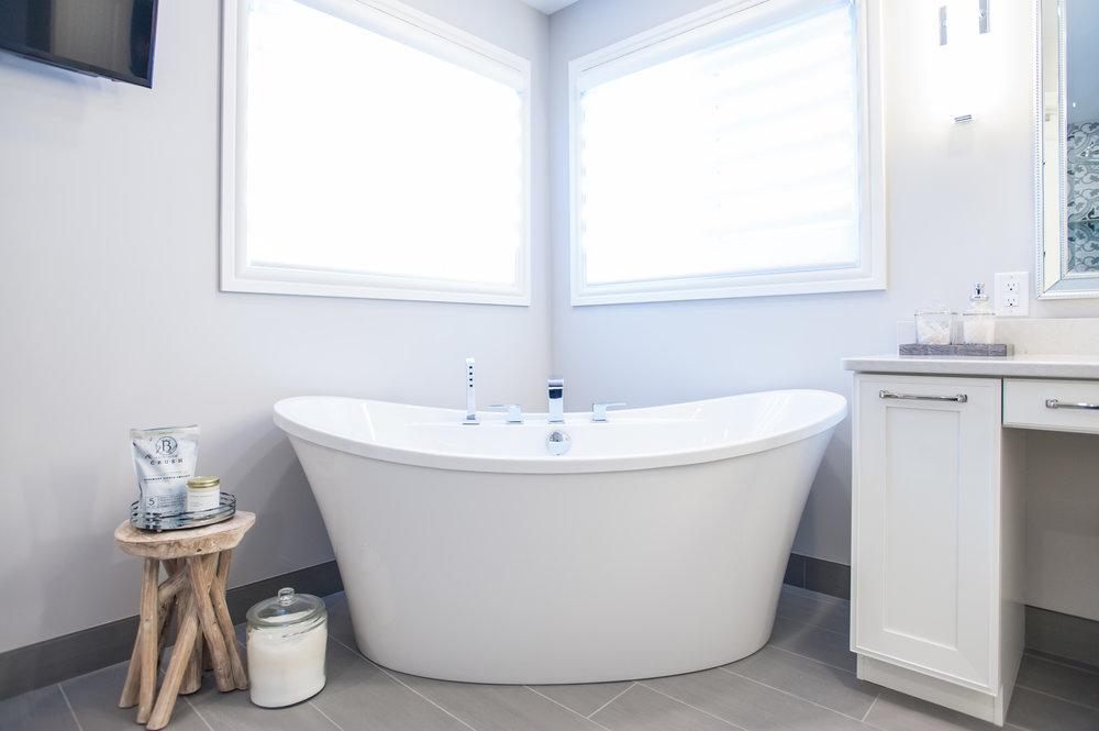 freestanding_tub_white_window