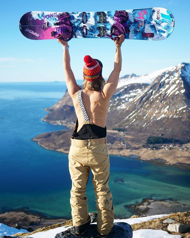 I just had to do it... 🙈😊 Not to bad of a view from up here, channeling my inner spirit bird 🦅 Lofoten islands reminds me so much of the Hawaiian islands, with turquoise water, white sandy beaches and tall mountain peaks ⛰ The weather this week has been amazing, but the snow pack is a bit loose so we are keeping our touring mellow. I got a lot of work to catch up on after the @bprsnt retreat so it's perfect to go out on later evening hikes, getting a break from the computer screen and moving my body. The sun is up till 9.30 pm so the days are long and productive. Spring is definitely here and hiking through the terrain listening to birds chirping, snow melting and nature waking up from winter is so beautiful. Hope you are enjoying the beginning of May and that you are taking time to channel your own inner beauty 💛☀️ #bprsnt #prsnt #lofoten #snowboarding #freespirit #view #norway #lifeisyourcanvas #exploremore #wearcolour #protectourwinters #womenwhosplit #splitboarding | P: @chanellesladics