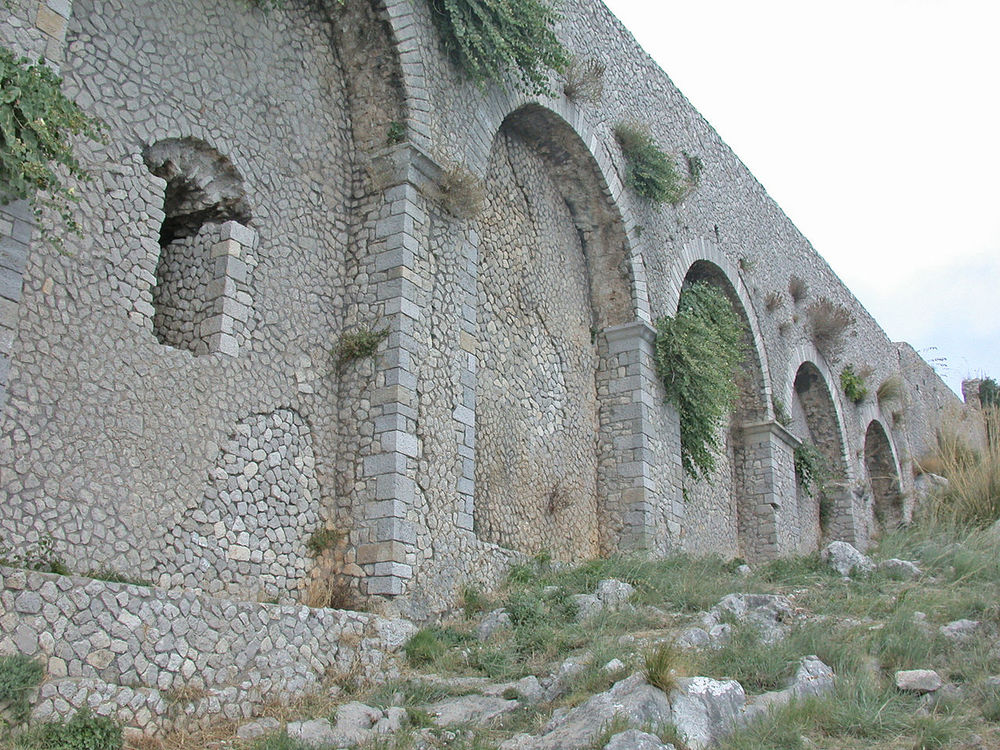 Capas del  opus incertum  el flanco oriental de la terraza del santuario de Júpiter Ànxur en Terracina , en Lacio .