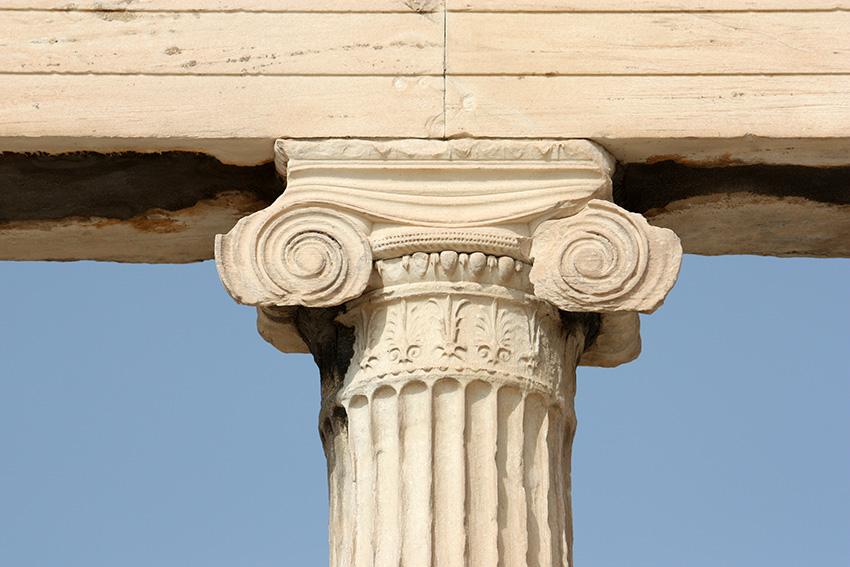 Capitel Jónico, aquí se aprecia el fuste con acanaladuras y el capitel con las espirales o volutas con que se adorna.