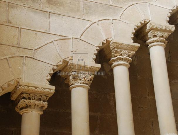 Detalle de los arcos rampantes de la escalera abierta hacia el púlpito del refectorio. Monasterio de Rueda. Aragón.