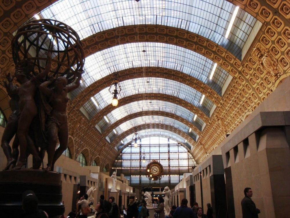 Interior del Musee D'Orsay, con su bóveda de cañón corrida adornada con unos rosetones de sueño.