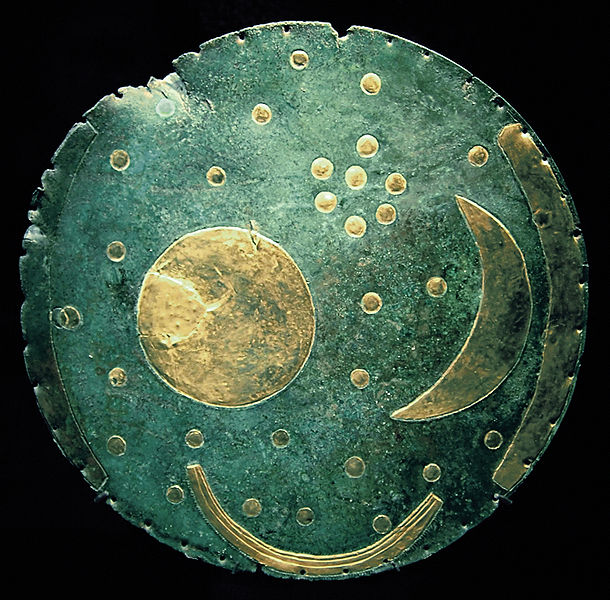 El disco celeste de Nebra, descubierto en Alemania, es una de las representaciones más antiguas que se conocen de la bóveda celeste.