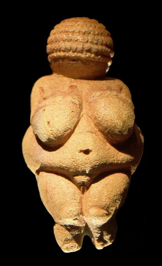 La Venus de Willendorf es una estatuilla antropomorfa femenina de entre 20 000 y 22 000 años a.C. Fue hallada en un yacimiento paleolítico cerca de Willendorf, a la orilla del Danubio.