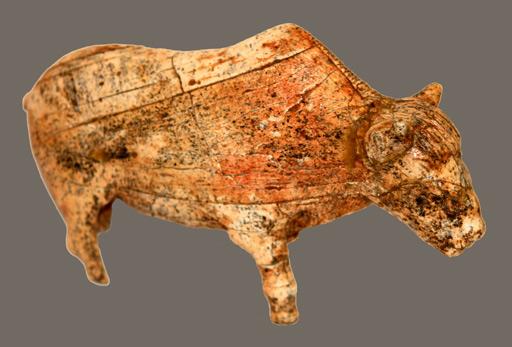 Bisonte tallado con colmillos de mamut en el Paleolítico hallado en Rusia .