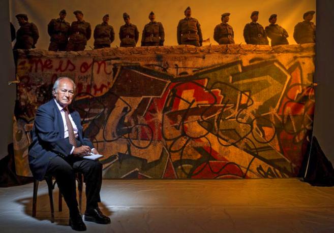 Ehrman, de 85 años, frente a una imagen del Muro. Casado con una española, actualmente vive en Madrid.