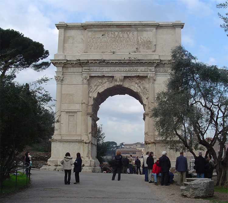 ElArco de Tito, situado en laVía Sacra, al sureste delForo Romano.