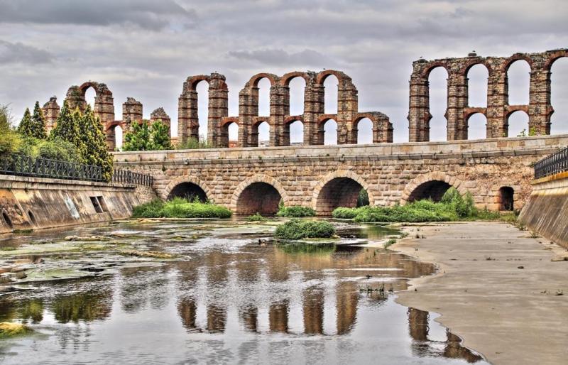 Puente Romano sobre el río Albarregas - Al fondo el Acueducto de los Milagros, Mérida