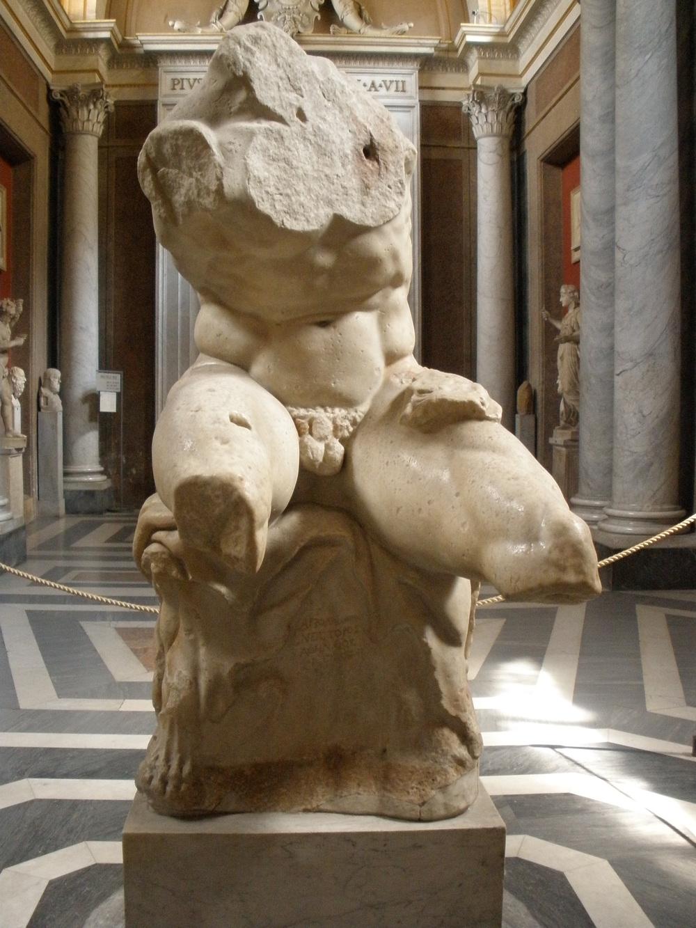 """Torso de Belvedere , pieza neoática  (siglo I a. C.);  en la inscripción del pedestal se lee: """"Hecho por Apolonio, hijo de Néstor, ateniense""""."""