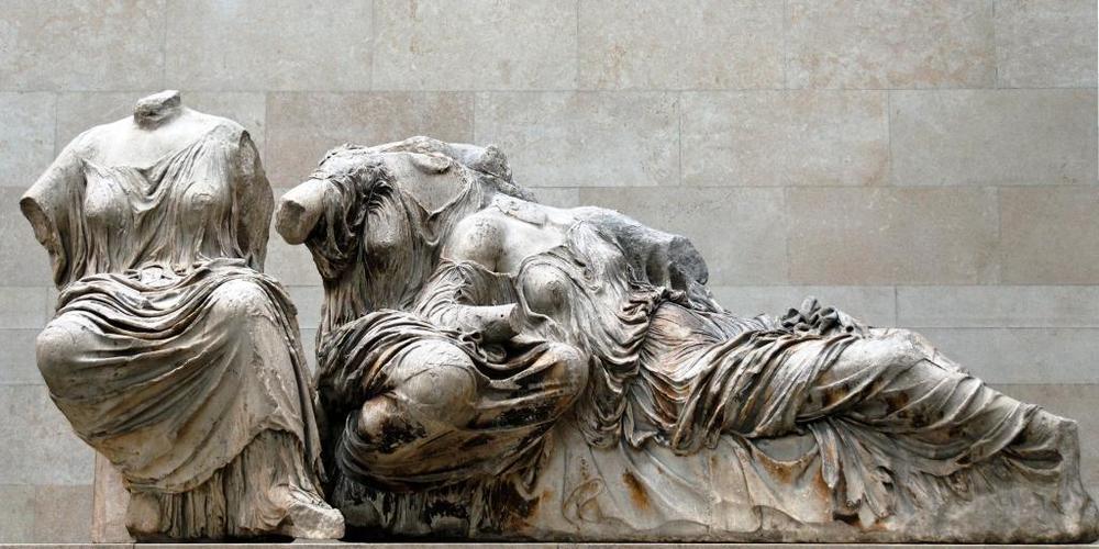 """Esculturas del frontón este, ángulo norte. Dos diosas del grupo llamado de """"las Parcas"""""""