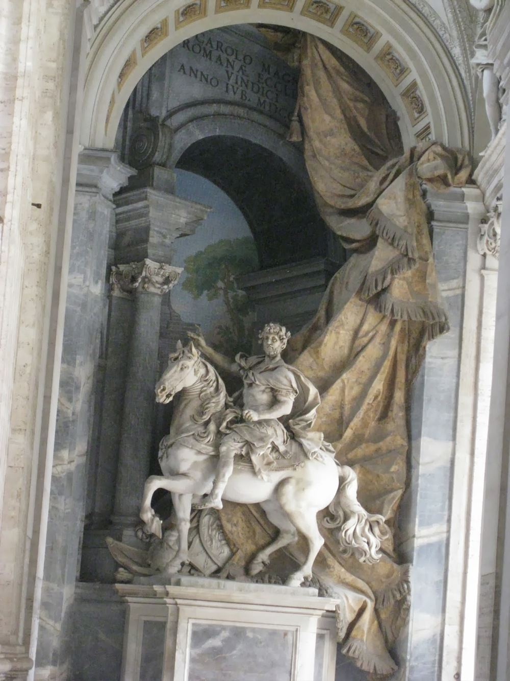 Basílica de San Pedro, estatua de Constantino