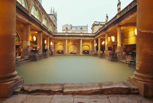 Las Termas Romanas de Bath Construidas sobre un manantial de agua caliente,  se caracterizan por ser las únicas de toda Europa cuyo agua brota de la tierra a altas temperaturas.