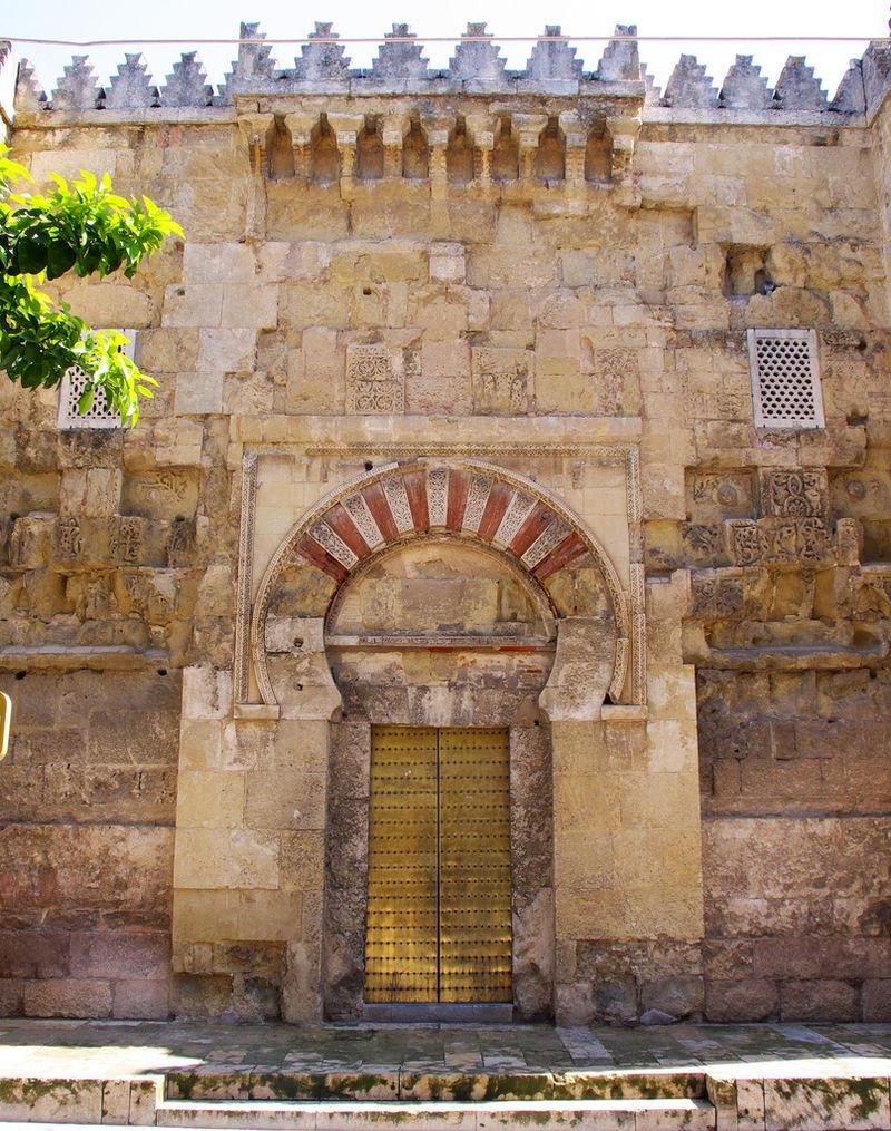 La puerta de San Esteban, la más antigua del edificio, fue construida como puerta occidental de la primera mezquita