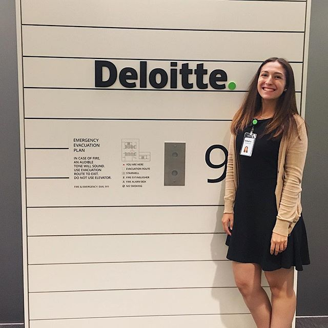 Alex Hagen (Spring '18) is #BackInBusiness as a Rotational 🔄 Tax and Audit Intern with Deloitte! She loves being able to experience both service lines first-hand and learn from mentors! When she's not at work, you can find Alex at the tennis courts 🎾 or learning Chinese 🇨🇳 in her free time! Keep killin' the game, Alex - we can't wait to see you soon! 💪🏼