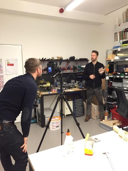Norman Konrad fotografiert Tom Bieling in der Werkstatt des Design Research Lab für die SonntagsZeitung.