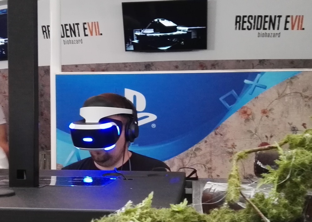 #Gamescom2016: Virtual-Reality-Brillen sind heiss. An der Computerspielmesse in Köln stehen die Besucher 5 Stunden Schlange für Sonys Playstation VR & Co. - um beim spielen ganz schön zu schwitzen. SonntagsZeitung, 21. August 2016
