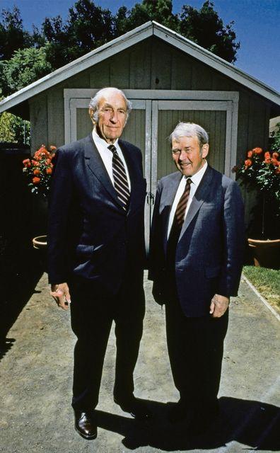 HP muss aus der Sackgasse.  Hewlett-Packard begann in den 1930er-Jahren in einer Garage im Silicon Valley und entwickelte sich zum grössten PC-Hersteller.Jetzt kämpft die Firma ums Überleben. (Bild HP: Dave Packard (l.) und Bill Hewlett vor der Garage)    SonntagsZeitung, 30.10.2016
