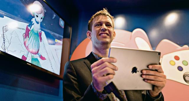 Eine Spielwiese für die Papierprinzessin.  Mit Augmented Reality bringt ETH Game-Professor Bob Sumner Kinder und Entscheider vom Wischen zum Malen. (Bild: Sumner an der TedX Zurich, Fotograf: Michele Limina)    SonntagsZeitung, 13. November 2016