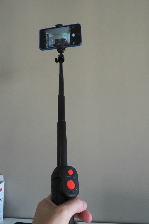 Zieht man das Stativ aus, lässt es sich als Selfie-Stange nutzen. Auslösen...