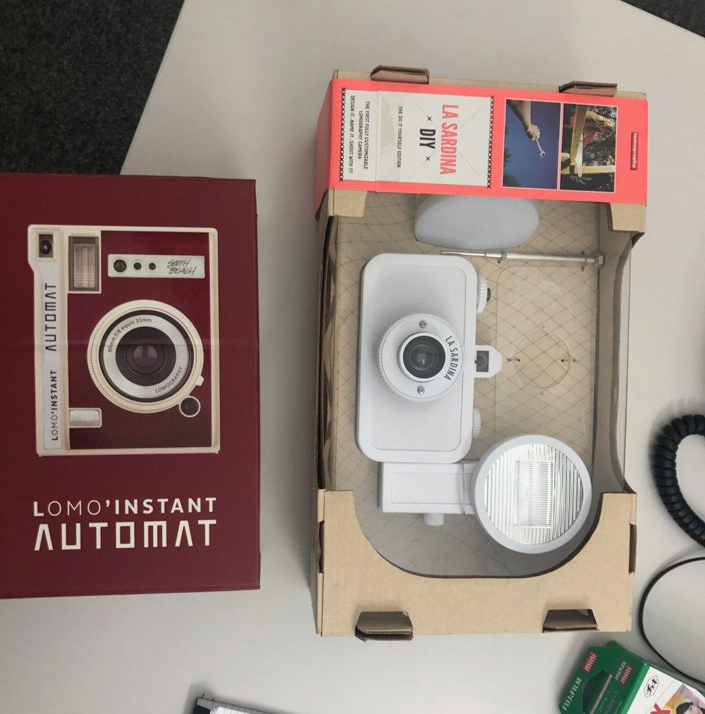 Film ab für die Analogen.  Bei unter 30-Jährigen ist der Fotoapparat wieder in – verwackelte, aus der Hüfte geschossene Papierbilder sind cool    Sonntagszeitung., 10. September 2017