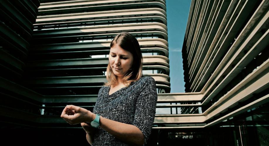 «Es gibt sehr viele Frauen, die schwanger werden damit»   Jungunternehmerin Lea von Bidder über das Fruchtbarkeits-Armband Ava, ihr Leben im Silicon Valley und warum sie emotional auf gewisse Fragen reagiert (Foto: Sebastian Magnani)   SonntagsZeitung, 14. Januar 2018