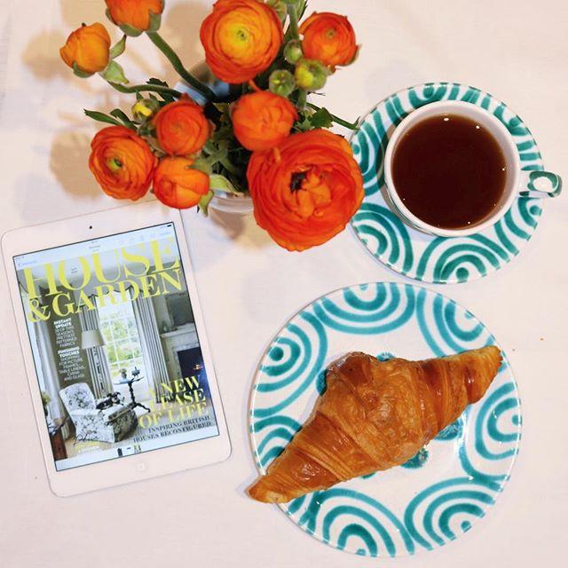 🥐☕️💐📖💕 . #breakfast #weekend #easter #flowersmakemehappy #frühstück #prettybreakfast #gmundnerkeramik  #gmundnerkeramikfotochallenge #croissant