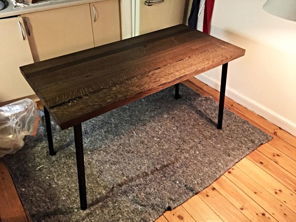 Bordet er nu blevet behandlet med mørk olie, og har fået benene påmonteret. Der mangler blot 2 lag olie, inden bordet er færdigt, og kan tages i brug.