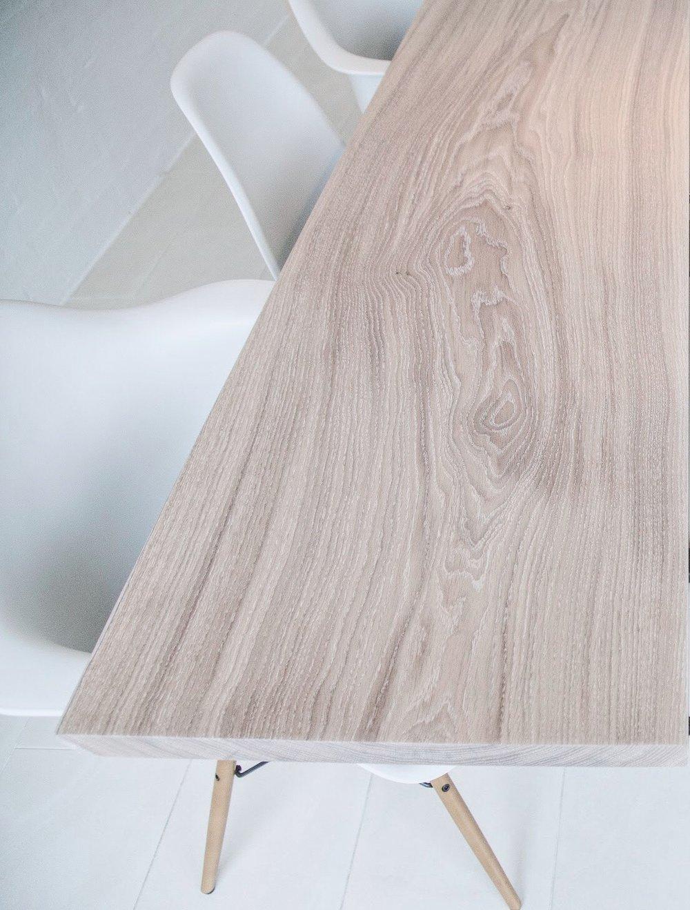 Egetræ behandlet med en hvidpigmenteret olie.