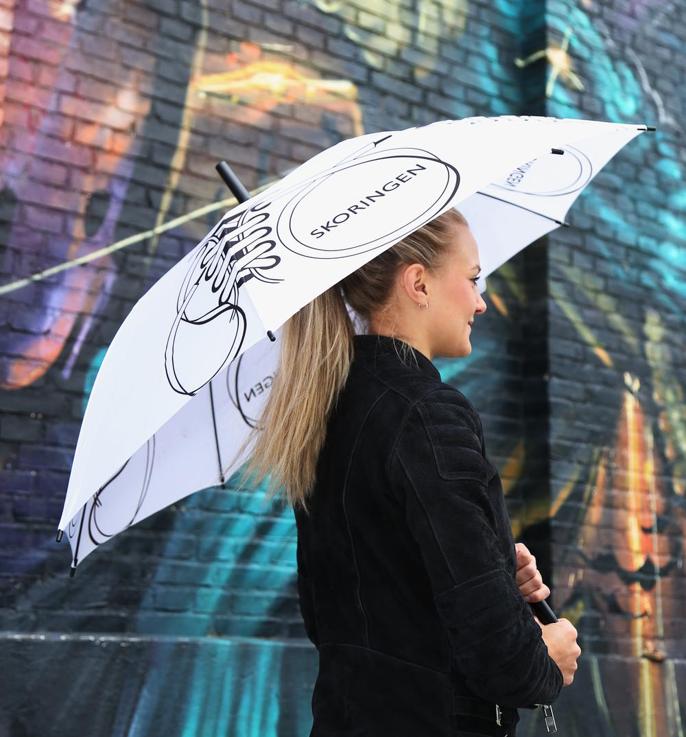 """Skoringen paraply med logo og """"sko-branding"""""""