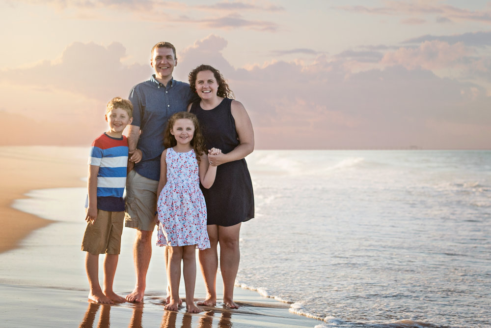 beach-family-photography-red-and-blue-and-white-outerbanks-kate-montaner-photography-northern-virginia-family-photographer
