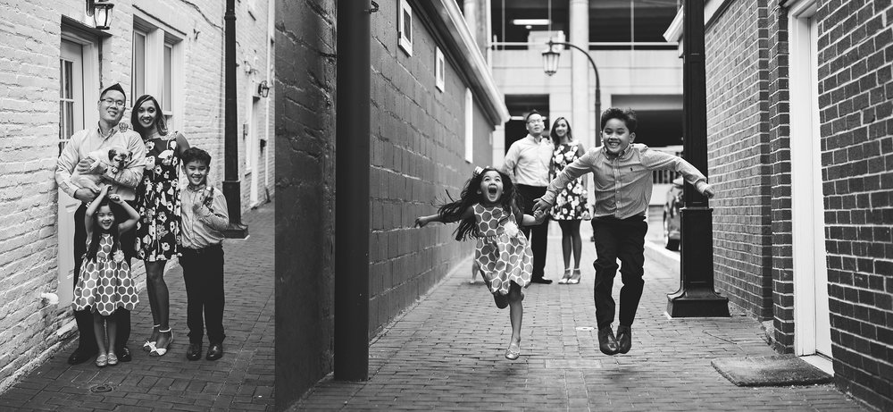 family-photography-downtown-leesburg-siblings-running-black-and-white-kate-montaner-photography (4).jpg