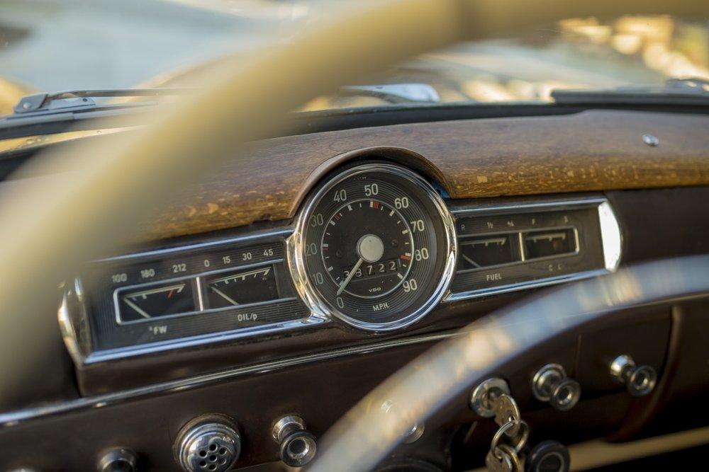 car_dashboard_speedometer_fuel_gauge_gauge_panel_steering_wheel-727834.jpg!d.jpeg