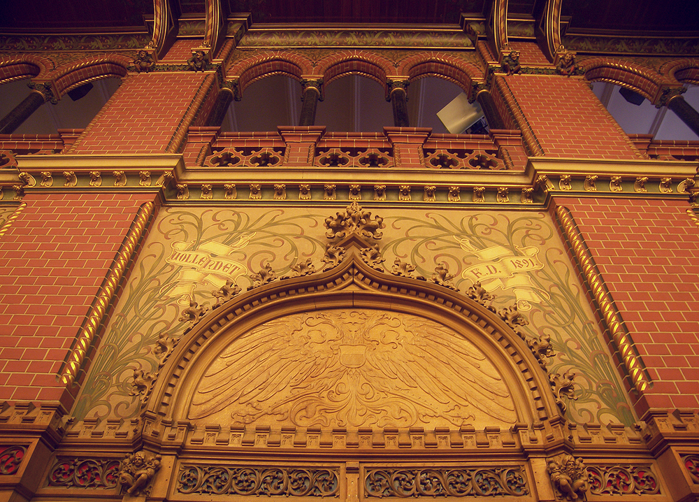 Gothic revival wall and Art Nouveau decorations (photo by Jean Pierre Hinze)