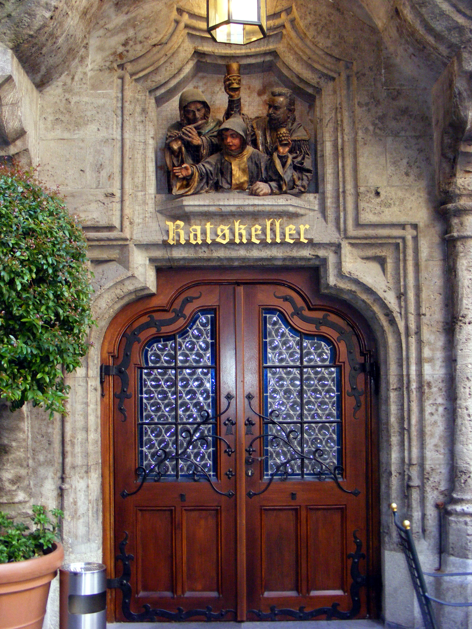 Munich city hall ratskeller entrance (photo by License to Crennelate)