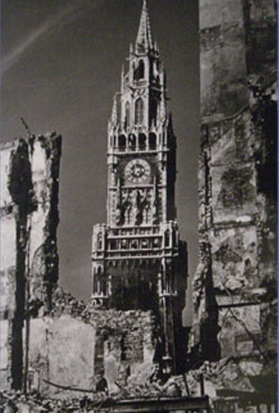 The Munich city hall in 1945