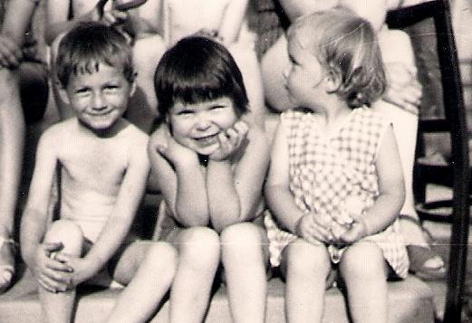 Sok időt töltöttem unokatestvéreimmel vidéken. Különleges és számomra meseszerű játékokat játszottunk a patakparton, a szalmabálákon vagy a baromfiudvarban, csupa olyan dologgal, amelyekkel Pesten nem találkozhattam.
