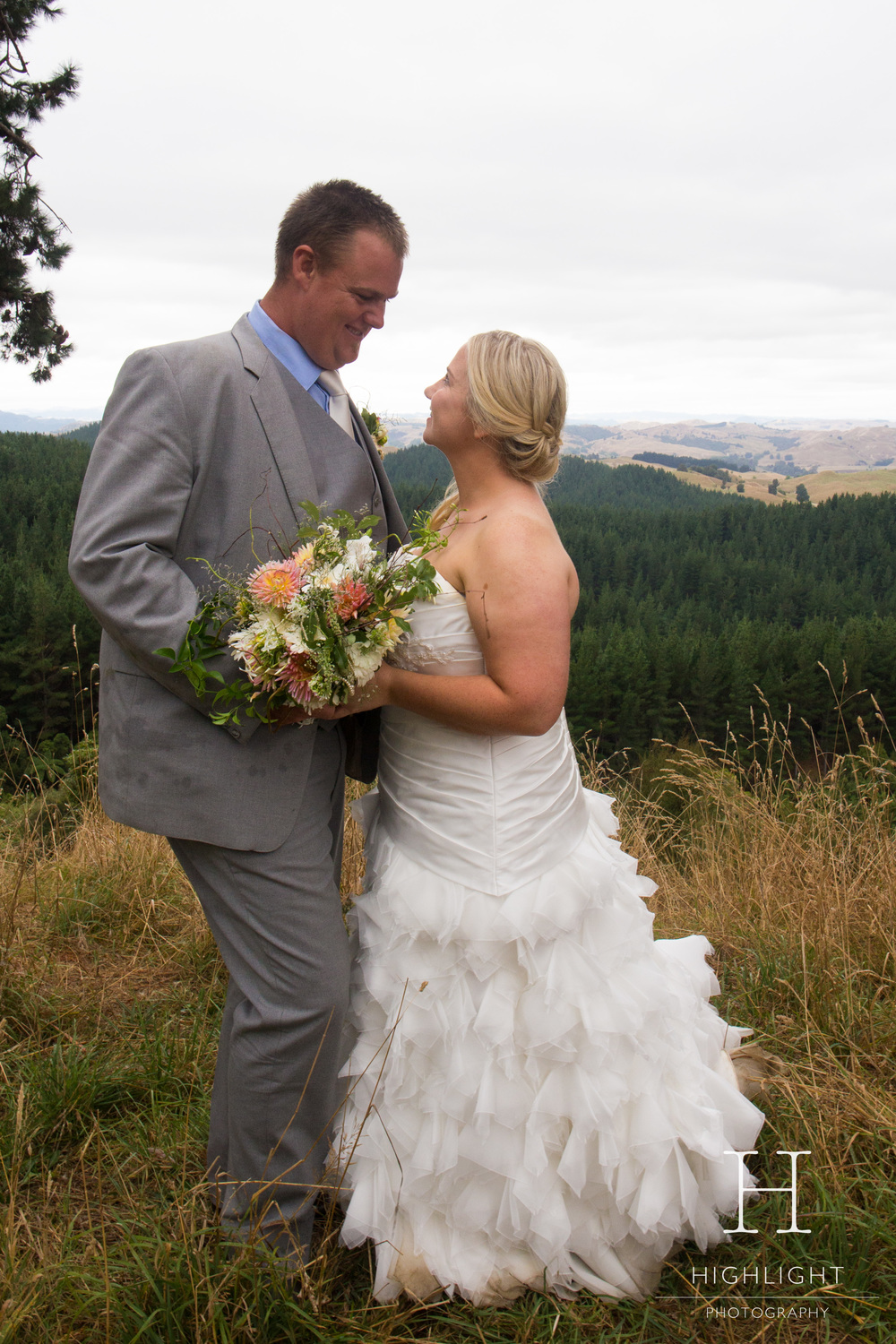 highlight_photography_wedding_new_zealand_beachkiss.jpg