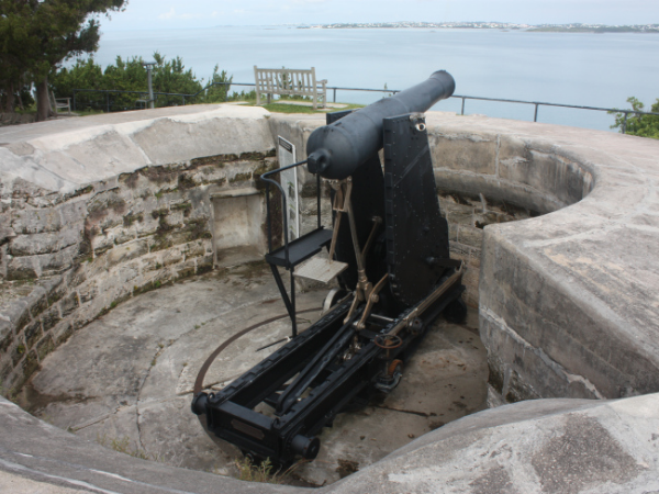 A similar style 64 Pounder Rifled Muzzle-Loaded Gun on Moncrieff disappearing mount, at Scaur Hill Fort, Bermuda. Source: Wikipedia.