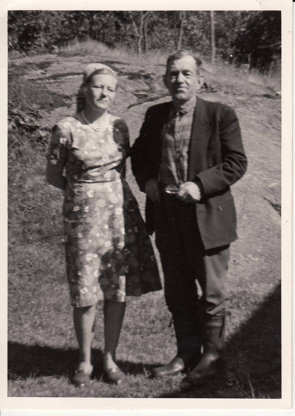 Agnes Osmunddalen (f. Lia) og søskenbarnet Halvor Lia, i Osmunddalen 1967.