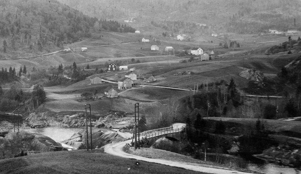 Husmannsplassen såvidt synlig ca øverst midt i bildet. Foto tatt ca 1920-1930.