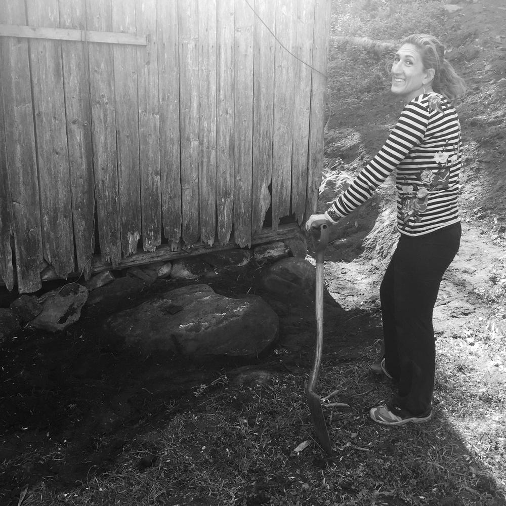 27. mai 2016: Nancy jobber med dreneringen rundt uthuset.