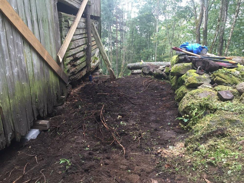 Utgravingen rundt uthusets øst, nord og vest side har pågått for hånd siden våren.