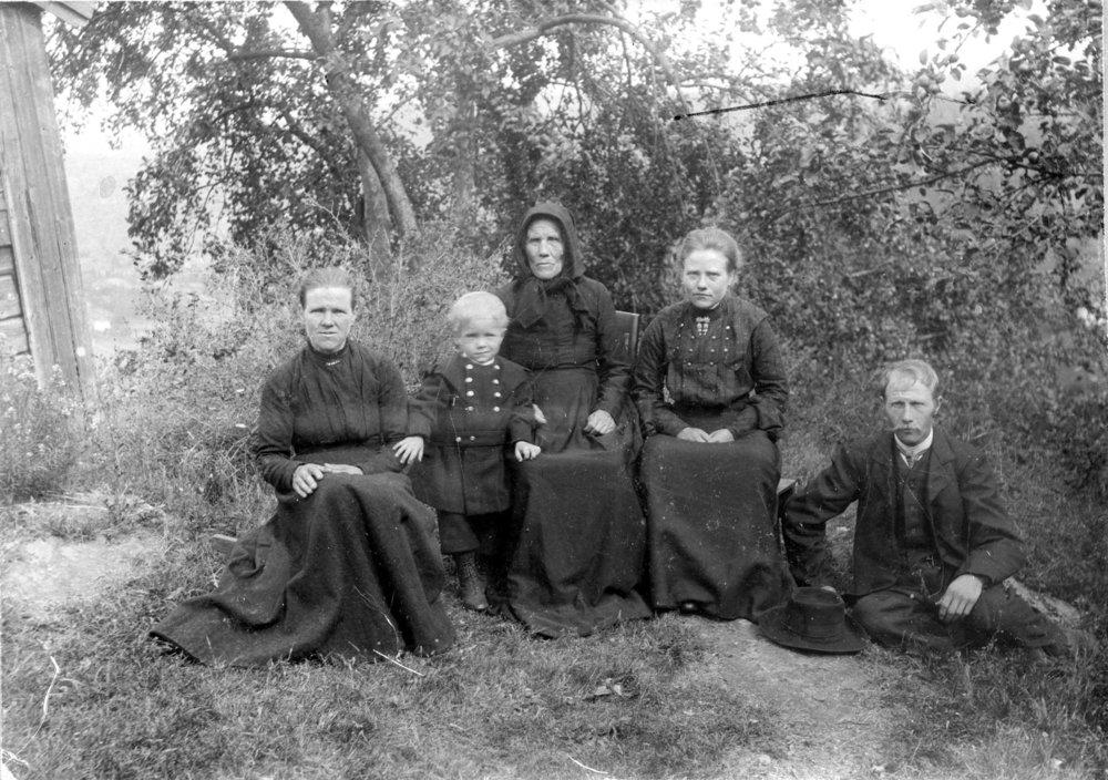Anne Karin Lia, Halvor Lia, Aslaug, Berte, Ole Halvorsen Lia. Foto trolig tatt ca 1905, i Lia.