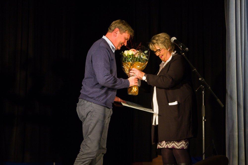 Ordfører Inger Løite overrekker Gjerstads første Vernepris til Helge R. Dalen - Foto: Aust-Agder Blad