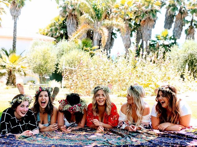 Flower crown workshop with the babes of @millerandmanesalon for their annual summer solstice retreat 🙌🏼 Thank you for having me and my foraged finds from @sonomahillsfarm xo #reveriebyrivera