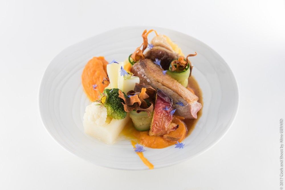 La Canette bio en deux cuissons: suprême rôti aux fruits de saison & cuisse confite pommes fondantes, mousseline de carottes nouvelles, légumes croquants